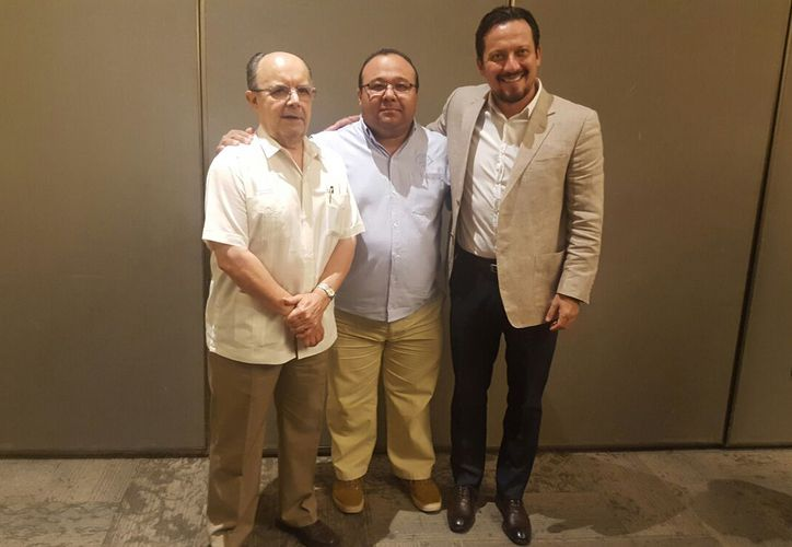 El nuevo presidente de la LMB, Javier Salinas Hernández (derecha), durante su presentación ante los medios. Lo acompañan, Plinio Escalante (izq.), presidente saliente, y Mario Serrano (centro), directivo de Leones. (Herny Chablé/SIPSE)