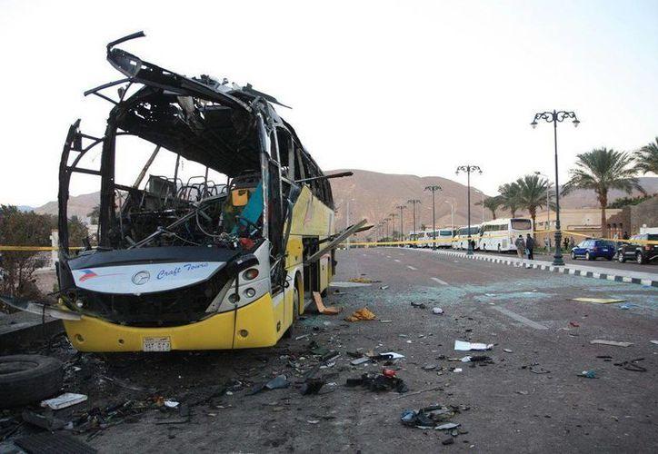 Vista de los restos de un autobús turístico egipcio tras un ataque terrorista en febrero de 2014 en Taba, cerca de la frontera del Sinaí con Israel. (EFE/YONHAP/Archivo)
