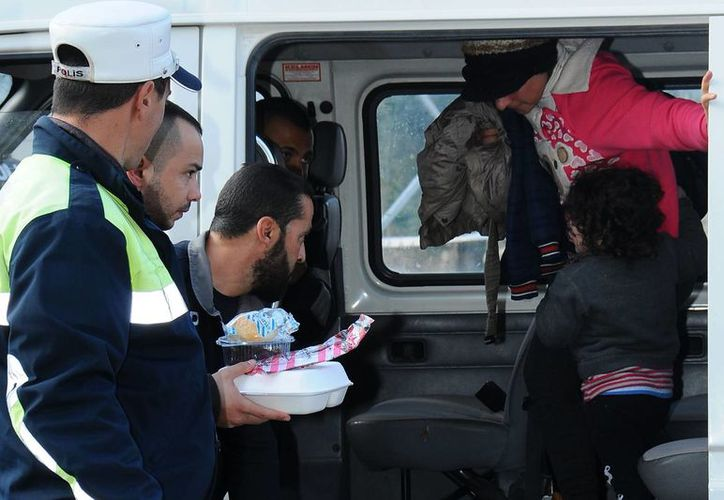 Los inmigrantes rescatados fueron sometidos a chequeos médicos por las autoridades chipriotas. (AP)