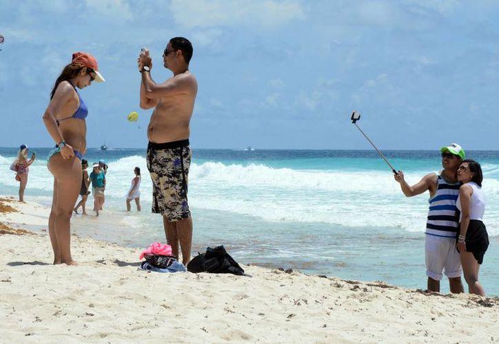 Inicia el arribo de turistas summer break en las playas de Cancún. (Luis Soto/SIPSE)