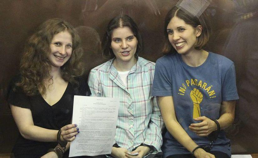 Integrantes del grupo de rock ruso Pussy Riot, Maria Alyokhina, Yekaterina Samutsevich y Nadezhda Tolokonnikova tras ser condenadas a dos años de prisión. (EFE)