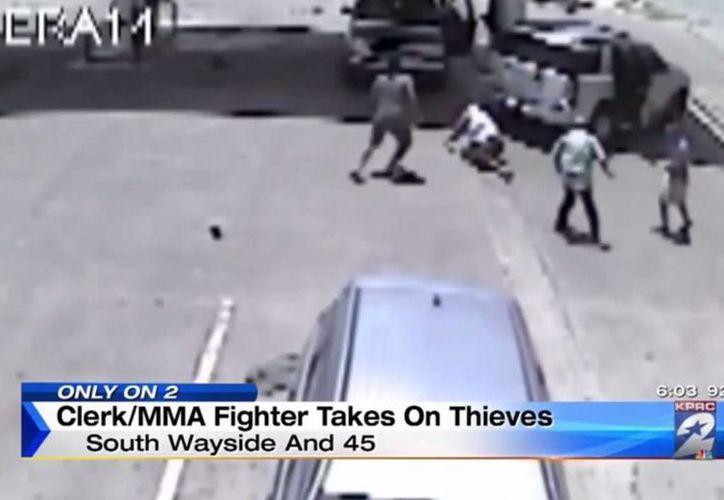 Al final, los asaltantes sólo se llevaron muchos golpes. (Imagen: Youtube)