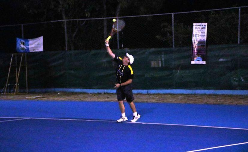 Los tenistas demostraron su experiencia y velocidad en la cancha. (Raúl Caballero/SIPSE)