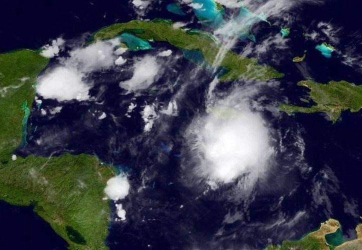 Imagen de la ubicación de la tormenta tropical 'Earl' durante la tarde de este martes. (Tomada del Facebook/ National Hurricane Center)