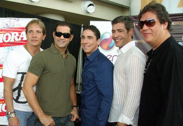 De izquierda a derecha, René Farrait, Charlie Massó, Ricky Meléndez, Johnny Lozada y Ray Reyes, exintegrantes del grupo Menudo. (EFE)