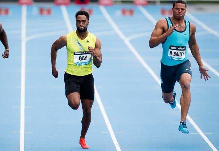 Tyson Gay (c) llegando a la meta en la justa de 100 metros planos,  flanqueado por  Ryan Bailey (d) y Nickel Ashmeade, el pasado 25 de mayo en Nueva York. (Agencias)