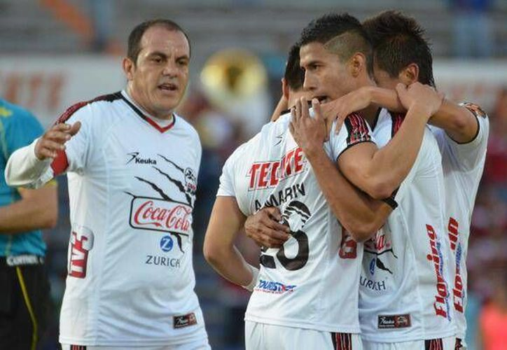 Cuauhtémoc Blanco (i) quien actualmente juega con Lobos BUAP sugirió que pospondría su retiro de las canchas unos seis meses más. (@LobosBuapMX)