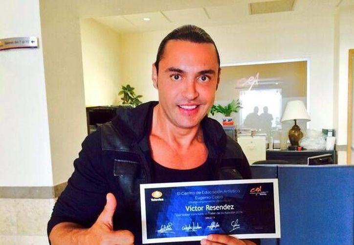 Latin Lover publicó en su cuenta de Twitter una foto en la muestra su diploma del taller de actuación del CEA. (twitter.com/Victorlatin77)