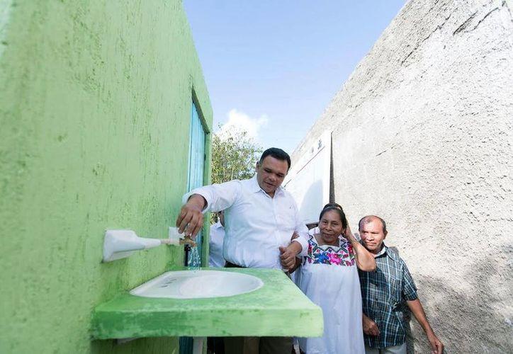 El gobernador Rolando Zapata estuvo este sábado en Hocabá como parte de una gira de trabajo. (Foto cortesía del Gobierno)