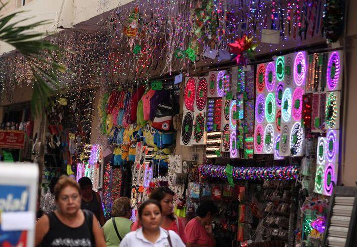 Muchos negocios del centro de Mérida exhiben productos eléctricos piratas para esta temporada navideña. (Milenio Novedades)