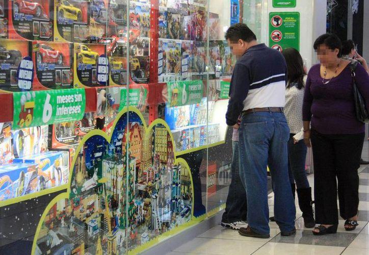 Una vez que terminan los festejos navideños, diferentes tiendas de Mérida colocan los juguetes hasta con el 50 por ciento de descuento. Imagen de contexto de un aparador en un centro comercial. (Milenio Novedades)