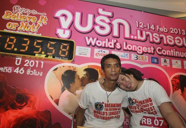 La pareja tailandesa muestra el récord que implantaron en pleno día de San Valentín.  (Agencias)