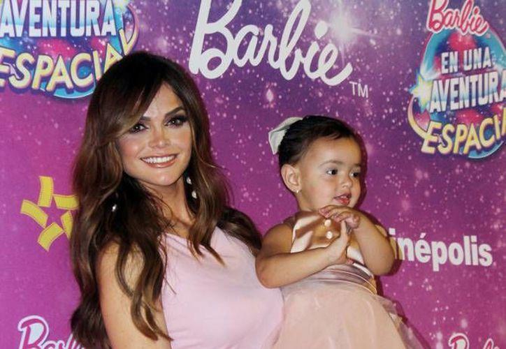 Marisol González y su bebé asistieron a la presentación de la nueva película animada 'Barbie en una aventura espacial', en la Ciudad de México. (Notimex)