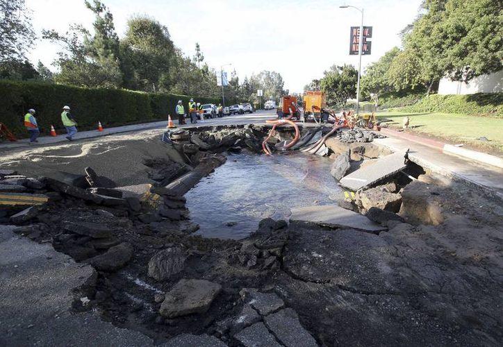 Este es el sitio donde se rompió la tubería, en la avenida Sunset Boulevard, cerca de la Universidad de California en Los Ángeles. (Foto AP/Mike Meadows)