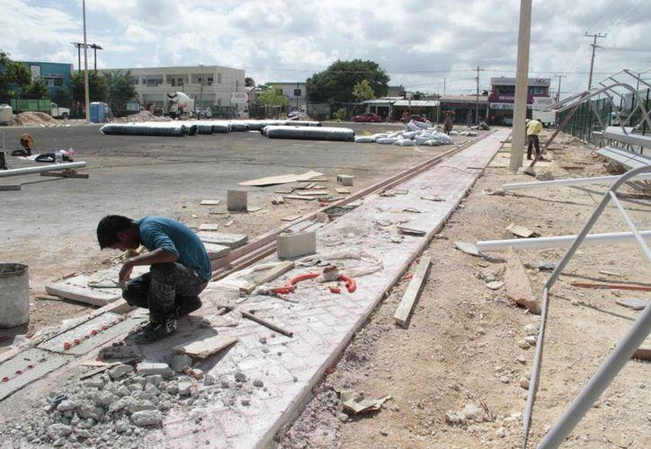 Sobre la construcción de banquetas y guarniciones incluyentes, se trabaja en las regiones en las que se está trabajando son la 74 y la 75, así como la 101. (Tomás Álvarez/SIPSE)