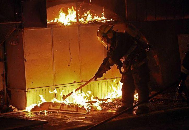 Tras el incendio en el Mercado Corona el alcalde dijo que fueron atendidas unidades de gas para evitar más riesgos. (Notimex)