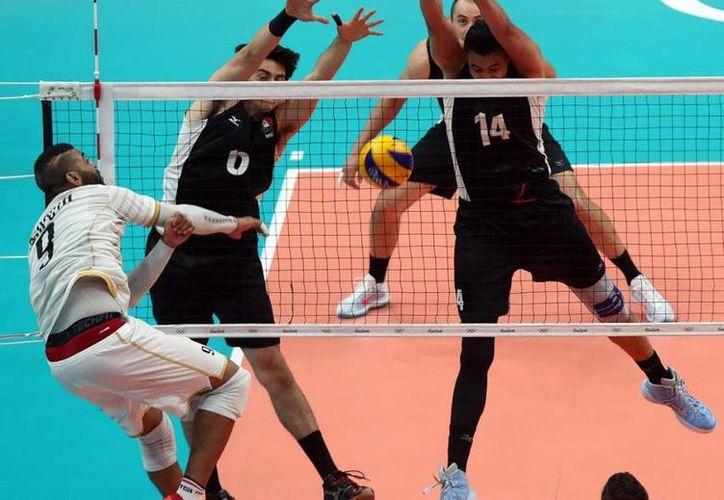 México necesita ganar sus próximos tres compromisos para intentar buscar el pase a la siguiente ronda de la disciplina olímpica.(EFE)