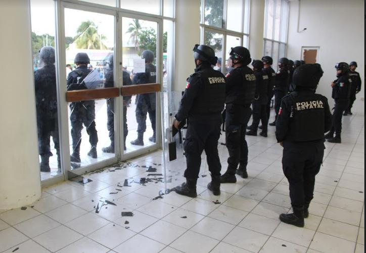 El domingo pasado, durante la jornada electoral, un grupo de ciudadanos rompió la puerta del gimnasio Nohoch Suku'n en su afán de ingresar a la casilla especial para emitir su voto. (MIguel Maldonado/SIPSE)