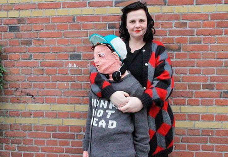 Una madre holandesa que quería evitar el 'síndrome del nido vacío' tejió la figura de su hijo con un tamaño natural. (Facebook.com / Club Geluk)