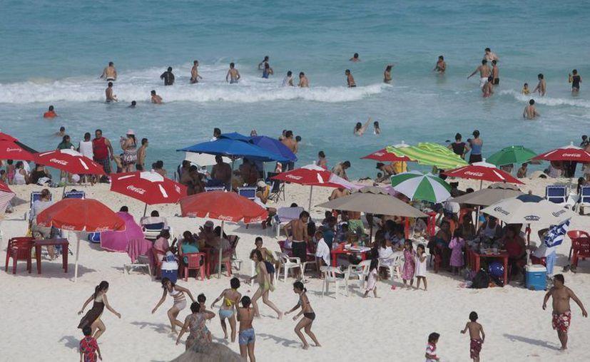 Debido al incremento de turistas en temporada vacacional, la cantidad de basura en los arenales aumenta. (Israel Leal/SIPSE)