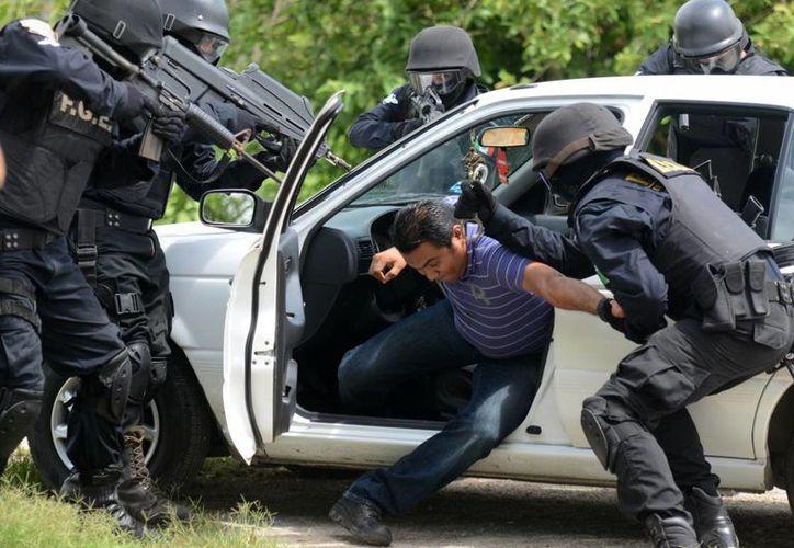 """En la imagen una demostración de la rápida reacción para capturar a un """"secuestrador"""". (Milenio Novedades)"""