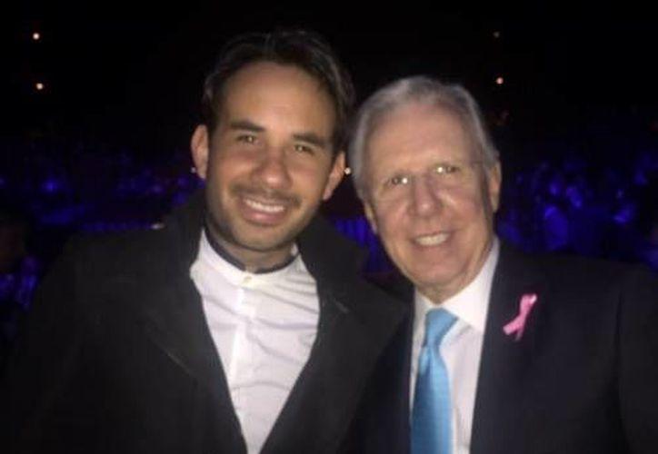 Los galardonados Gabriel Montiel, conocido como Werevertumorro, y Joaquín López-Doriga durante los premios Eliot New Media Leaders que se realizaron en el teatro Julio Castillo de la Ciudad de México. (Twitter: @lopezdoriga)