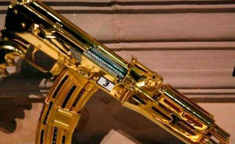 Entre las armas que tenía 'El Chapo' en su poder había una ametralladora bañada en oro. (hippieinprada.tumblr.com)