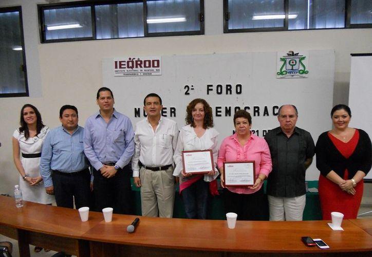 Los consejeros electorales del Instituto Electoral de Quintana Roo, en el foro Mujer y Democracia realizado en la Uqroo. (Juan Palma/SIPSE)