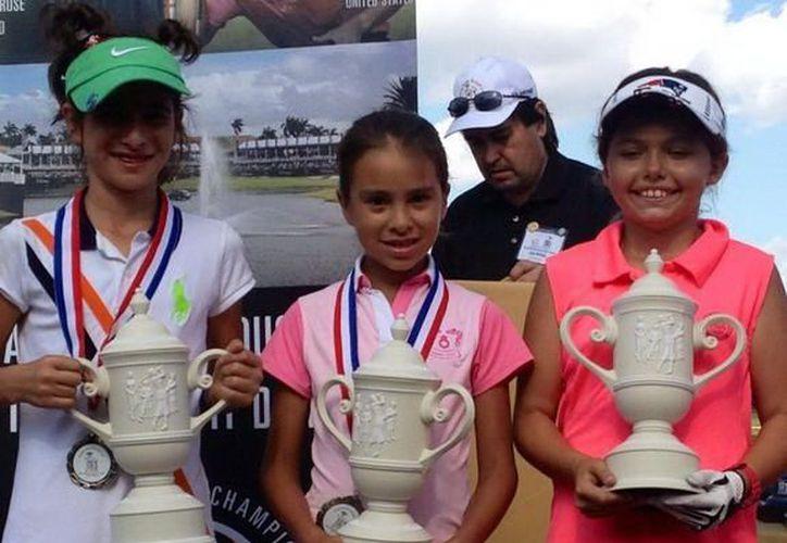 """Ariel González (centro), con el trofeo de tercer lugar en el """"Doral"""". (SIPSE)"""