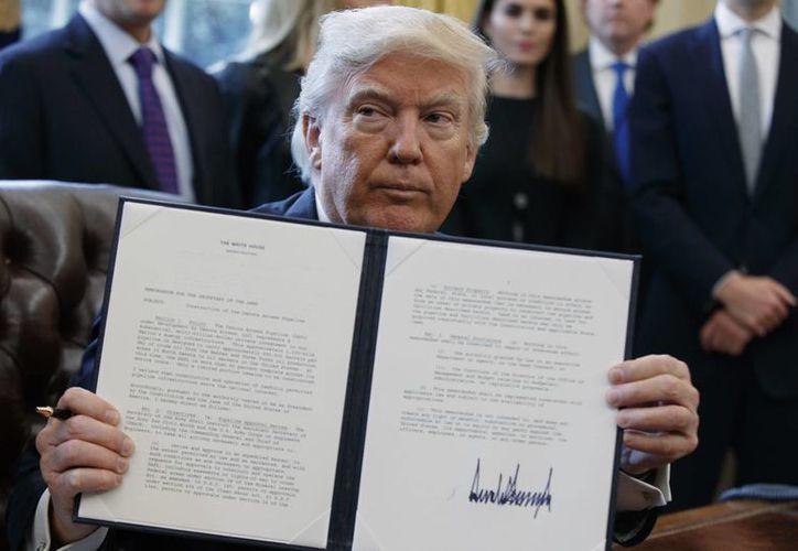 Trump prohibiría la entrada a EU de ciudadanos provenientes de Siria, Libia, Irán y otros países. (AP/Evan Vucci)