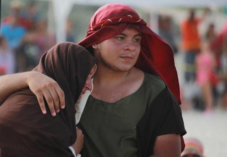 La afectada ha participado en siete ocasiones en el vía crucis en la playa. (Yajahira Valtierra/SIPSE)