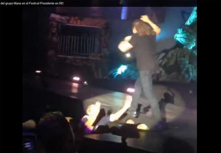 El accidente ocurrió cuando Fher, vocalista del grupo jalisciense Maná, se acercó demasiado a la orilla del escenario; como no tuvo heridas continuó con el concierto. (YouTube/DesafineRD 2)