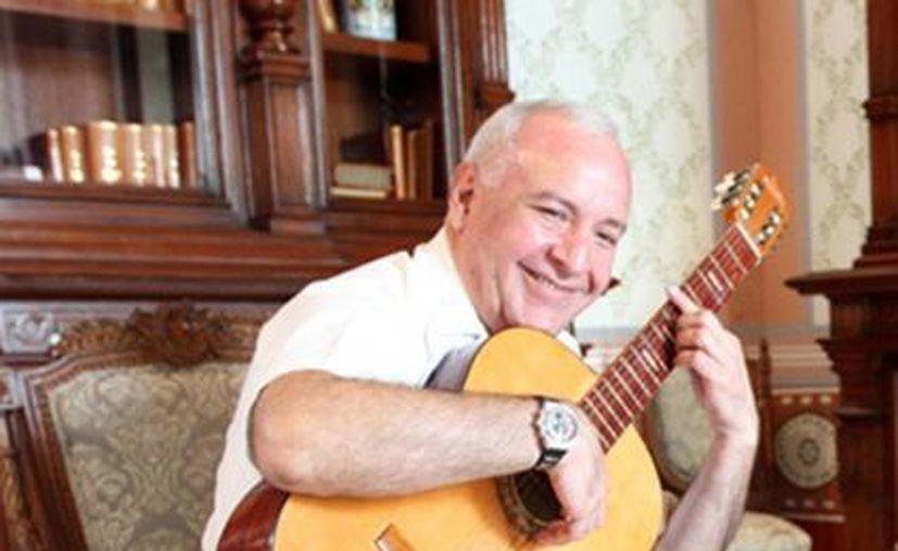 """En la imagen el maestro Russel Montanez, director de la Orquesta de Cámara, declaró que los conciertos son un recorrido por cien años de bella música, """"de ahí el nombre de los conciertos"""". (Milenio Novedades)"""