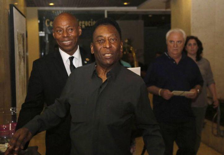 Pelé, a sus 74 años, llega a Cuba por primera vez para atestiguar un partido amistoso entre su exclub, el Cosmos de Nueva York, y la selección nacional de Cuba. (Fotos: AP)
