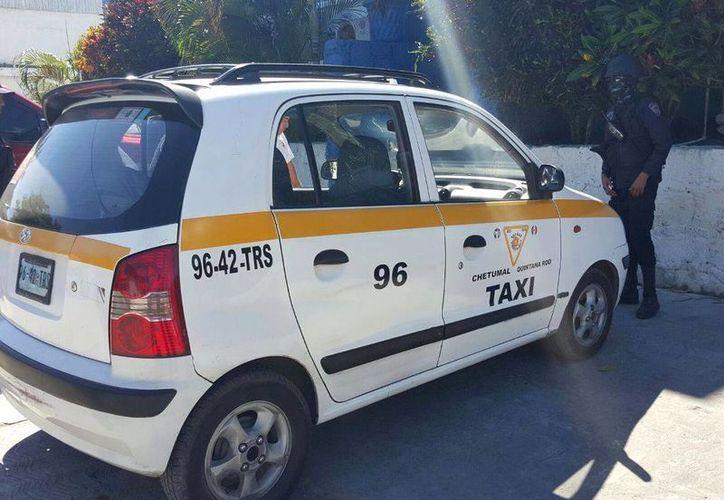 Policías revisaron el taxi Atos 96, placas 96-42-TRS. (Redacción/SIPSE)