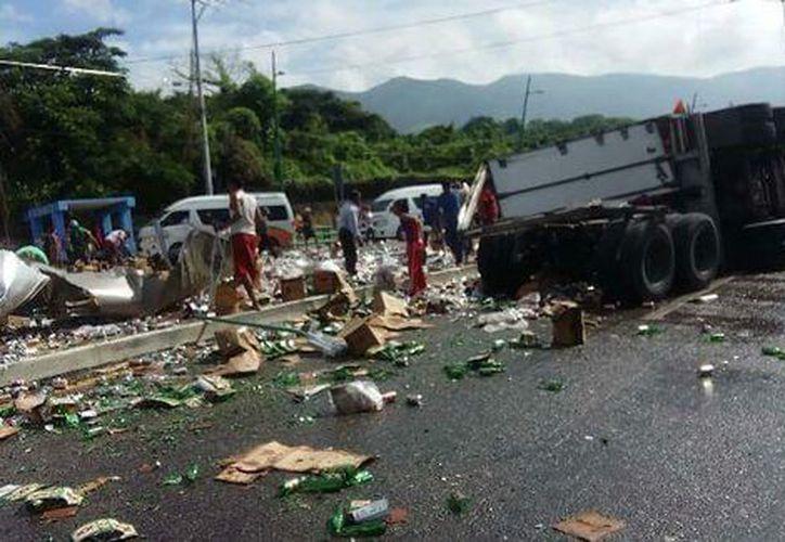 Un tráiler que transportaba cervezas volcó en la carretera Tuxtla Gutiérrez-Chiapas. (Abraham Jiménez López/Milenio).