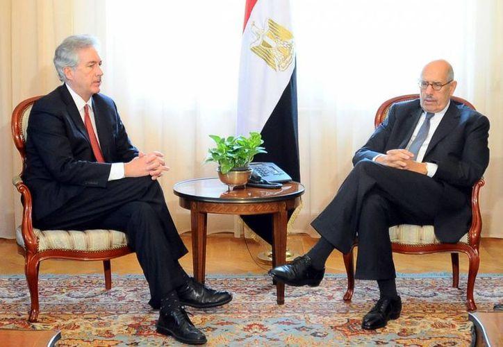 El subsecretario de Estado de EU, William Burns (i), se reúne con el vicepresidente egipcio Mohamed El-Baradei (R) en el Cairo. (EFE)