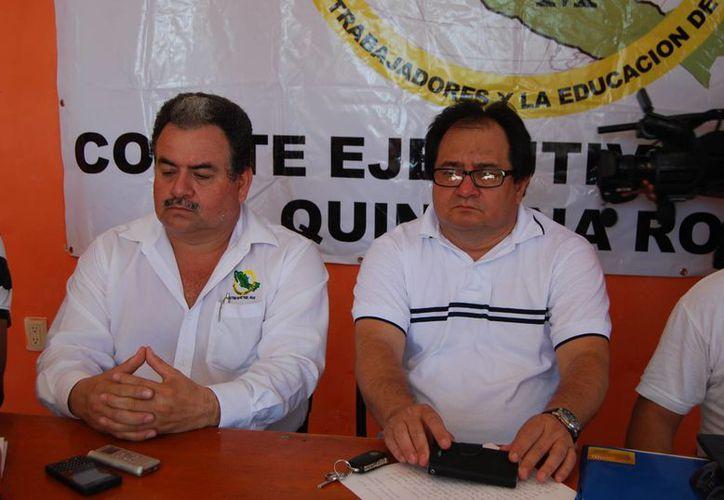 Maestros invitan a evento en apoyo al caso Ayotzinapa. (Harold Alcocer/SIPSE)