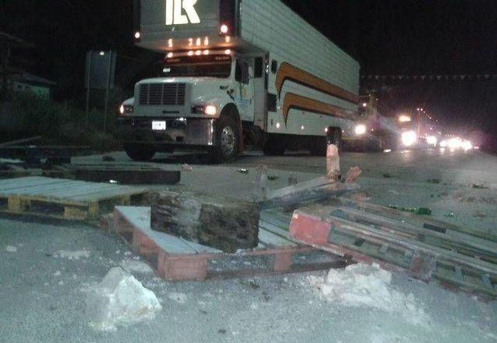 Pobladores bloquearon el camino a Nicolás Bravo. (Facebook/Bacalar-News)