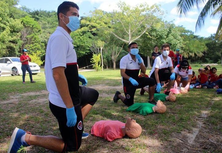 El equipo cancunense incluso aprendió primeros auxilios. (Raúl Caballero/SIPSE)