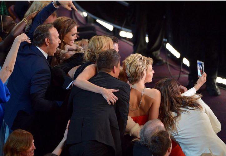La famosa selfie de Ellen Degeneres en los premios Oscar tuvo muy amplio impacto en Twitter. (AP)