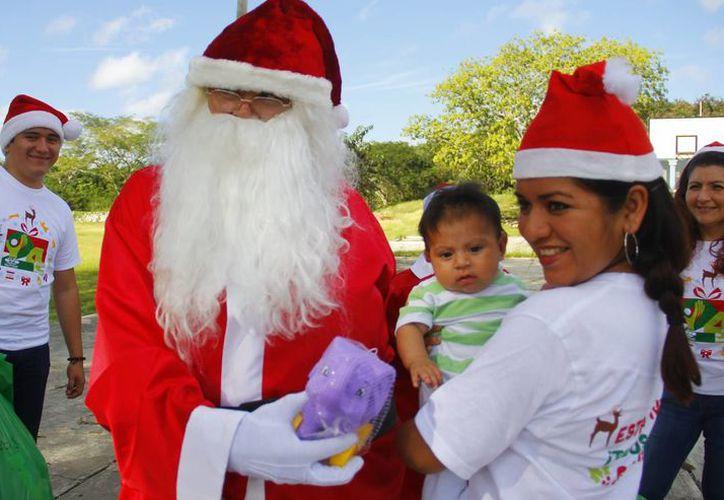 Con la colaboración del personal de Grupo SIPSE se entregaron los regalos en las comunidades. (Milenio Novedades)