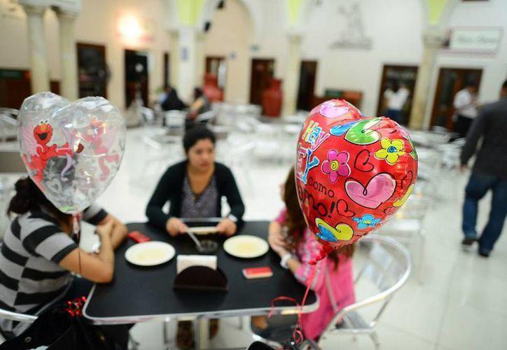 De acuerdo con las estadísticas oficiales, en la actualidad el primer matrimonio de las mujeres se da a los 19 años de edad, en tanto que el de los varones, a los 23. (Luis Pérez/SIPSE)