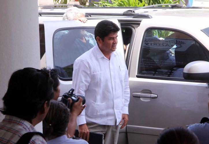 El candidato del PRD, Carlos Carvajal Borges, llegó puntual a la cita. (José Acosta/SIPSE)