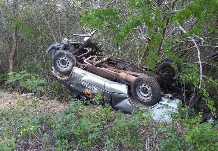 La camioneta quedó volcada a un lado de la carretera Mérida-Peto. (Milenio Novedades)