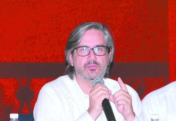 El director de escena Horacio Almada vino a Yucatán para ser testigo de uno de lo montajes más 'pretenciosos' de la ópera en la entidad. (Jose Acosta)