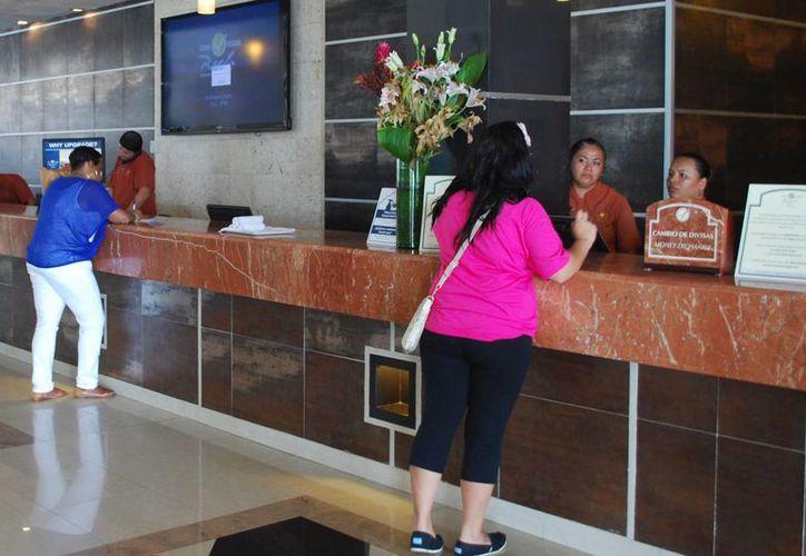 Los trabajadores de hoteles de Cancún reciben una percepción económica de acuerdo a sus estudios. (Tomás Álvarez/SIPSE)