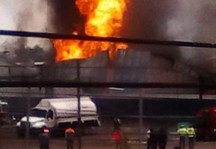 Las llamas alcanzan una altura de 30 metros y el humo se aprecia desde varias delegaciones aledañas al incidente. (La Prensa)