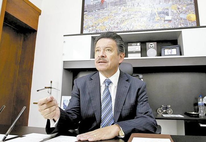 """Carlos Navarrete dice que el PRD tiene miles y miles de adeptos en todo  el país y sigue representando la causa de muchos mexicanos, """"no veo ninguna posibilidad de que el PRD sea desplazado"""". (Javier Ríos/Milenio)"""