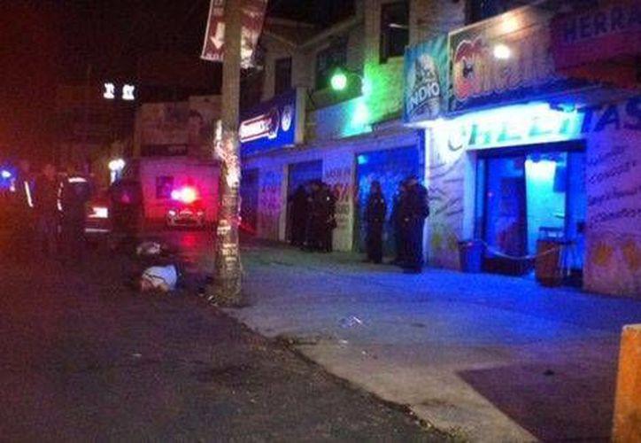 En el bar 'Chelitas', los atacantes dejaron mantas firmadas por 'EFM'. (Milenio)